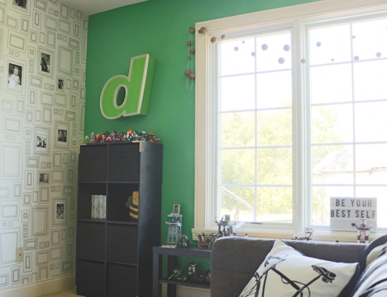 bold-green-accent-wall-with-frog-tape